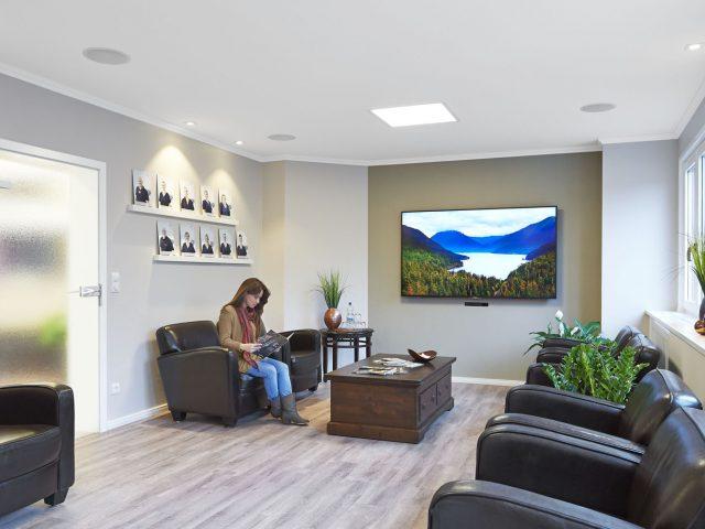 Bei der Gestaltung unseres Wartezimmers haben wir besonderen Wert darauf gelegt, dass sich unsere Patienten wohl fühlen und entspannen können.
